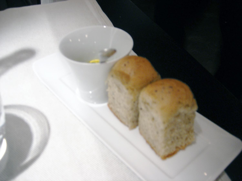 オリーブオイルと小さなパン