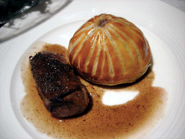 鴨胸肉のポワレとフォアグラの入ったパイ包み
